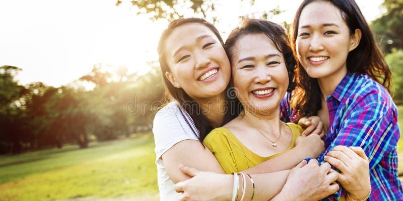 Concepto sonriente del abrazo de la felicidad de la hija de la madre fotografía de archivo