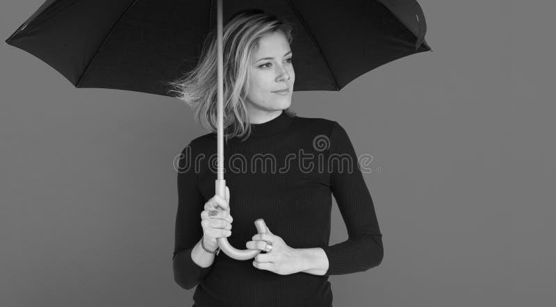 Concepto sonriente del retrato del paraguas de la felicidad de la mujer fotografía de archivo libre de regalías