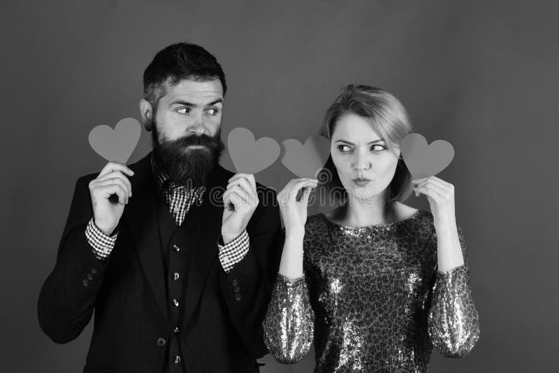 Concepto sordo del amor y de las tarjetas del día de San Valentín El par en amor lleva a cabo corazones imagenes de archivo