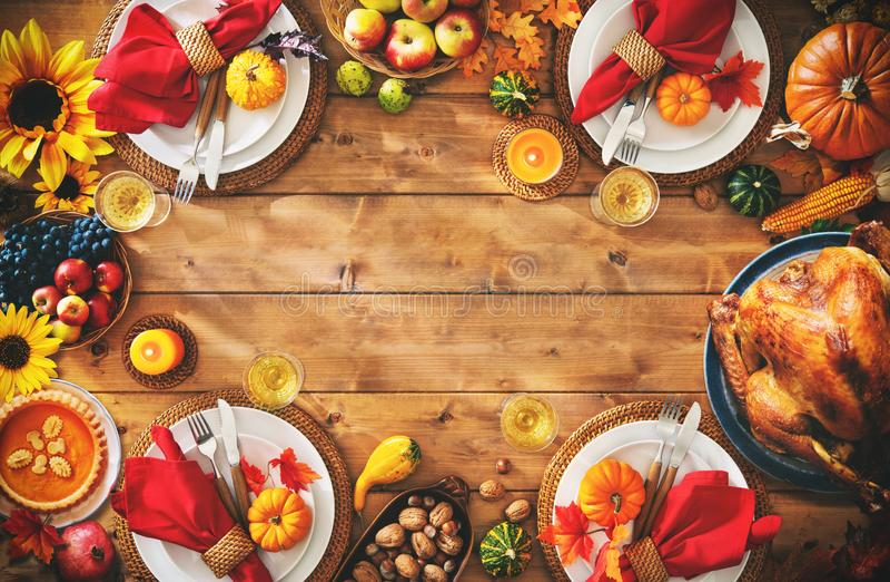 Concepto tradicional de la comida del ajuste de la cena de la celebración de la acción de gracias imágenes de archivo libres de regalías