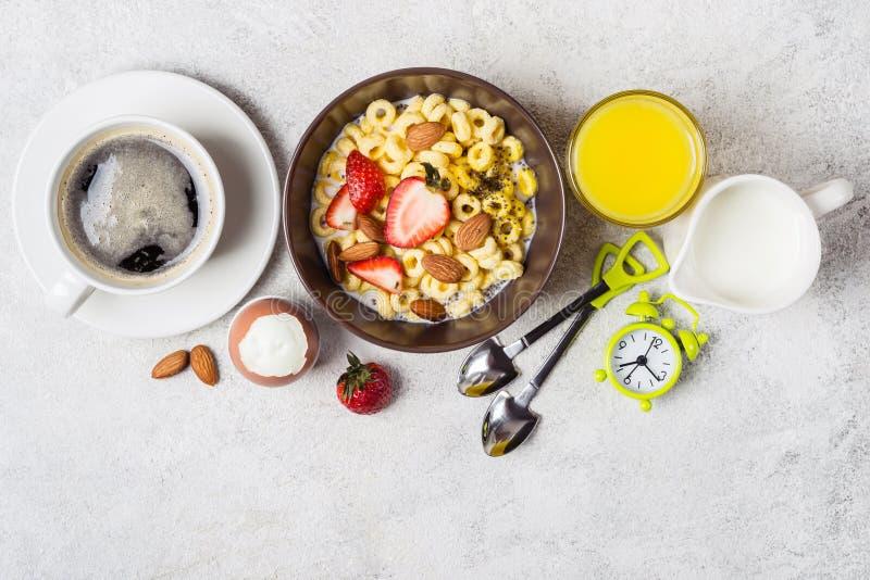 Concepto tradicional equilibrado del desayuno Anillos del grano, café, zumo de naranja y huevo enteros fotos de archivo libres de regalías