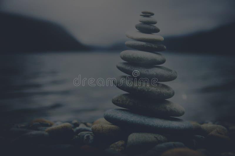 Concepto tranquilo de la pila de la piedra de Zen Balancing Pebbles Misty Lake imagen de archivo libre de regalías