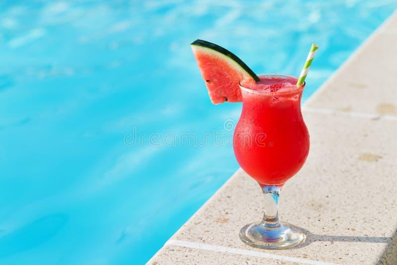 Concepto tropical del día de fiesta de la piscina del vidrio y de la bebida del jugo del Smoothie imagen de archivo libre de regalías