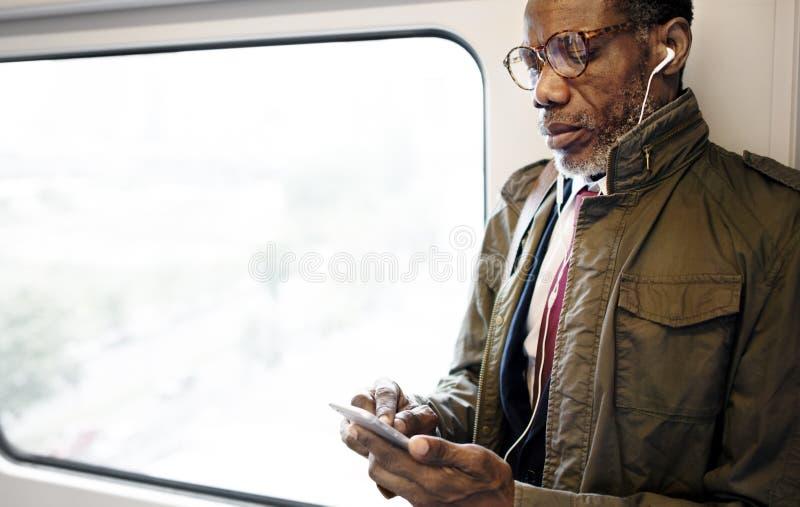 Concepto urbano del tránsito de Skytrain del negocio de la ascendencia africana imágenes de archivo libres de regalías