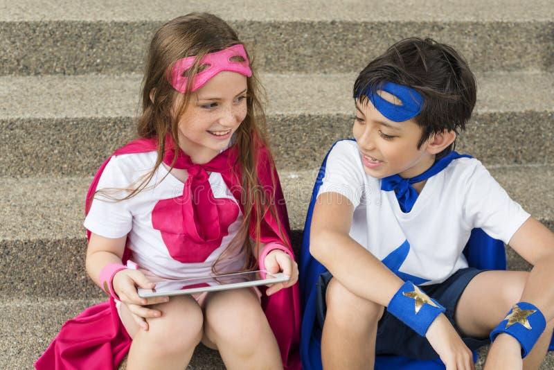 Concepto valiente del traje de la imaginación de la muchacha del muchacho del super héroe imágenes de archivo libres de regalías