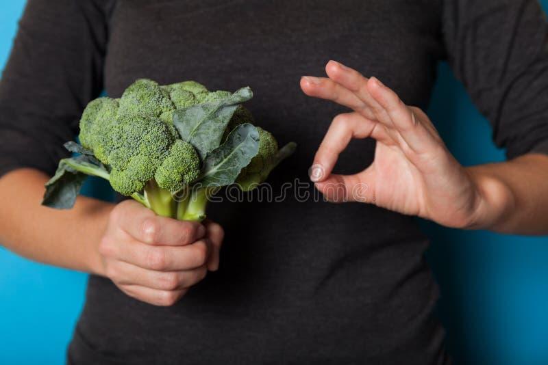 Concepto vegetariano de la forma de vida, manos que sostienen la verdura para la dieta foto de archivo