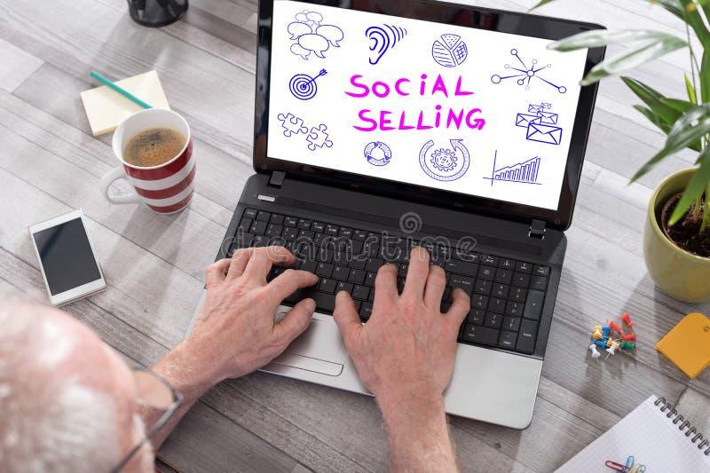 Concepto vendedor social en una pantalla del ordenador portátil fotos de archivo