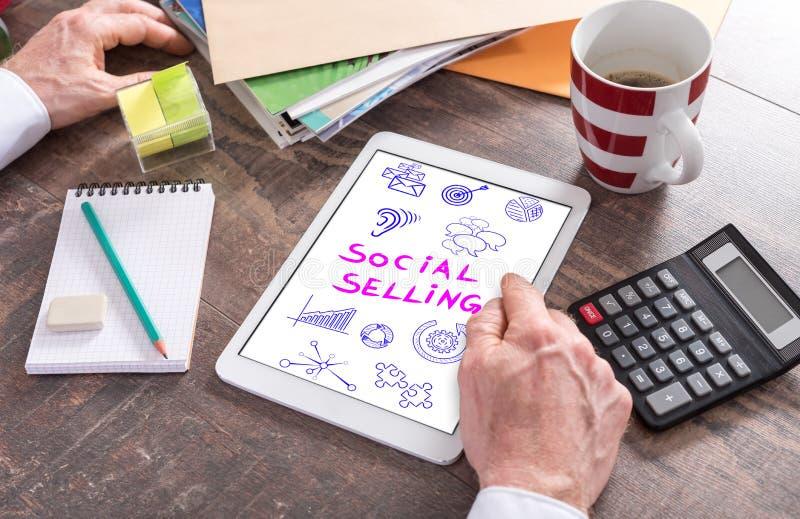 Concepto vendedor social en una tableta imagen de archivo