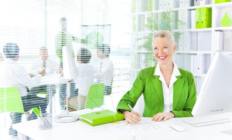 Concepto verde de la oficina de la colaboración del trabajo en equipo del negocio imagenes de archivo