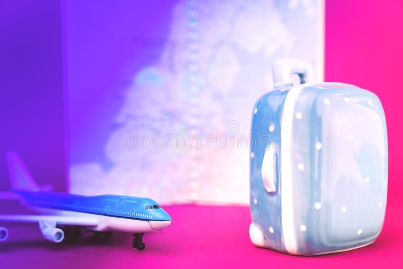Concepto violeta rosado del viaje de los aviones y de la maleta fotografía de archivo