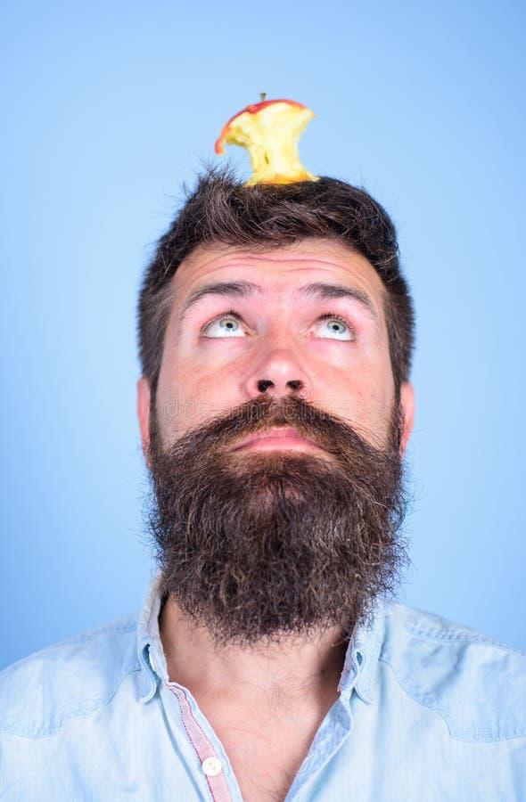 Concepto vivo de la blanco Tocón casi comido largo de la manzana de la barba del inconformista hermoso del hombre en la cabeza co imágenes de archivo libres de regalías