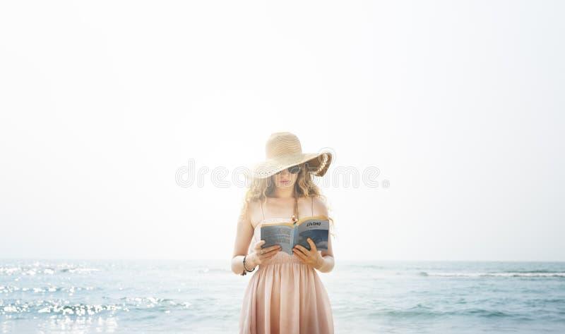 Concepto vivo de la playa de la calma de la frialdad de la mujer de la lectura del libro imagen de archivo