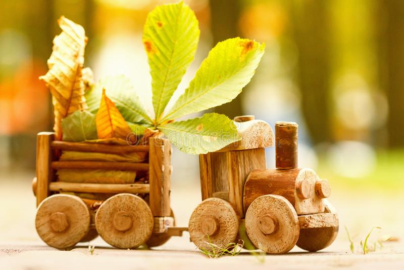 Conceptontwerp herfststemming, geel gebladerte op een achtergrond en een stuk speelgoed trein Daling Oktober of November stock afbeelding