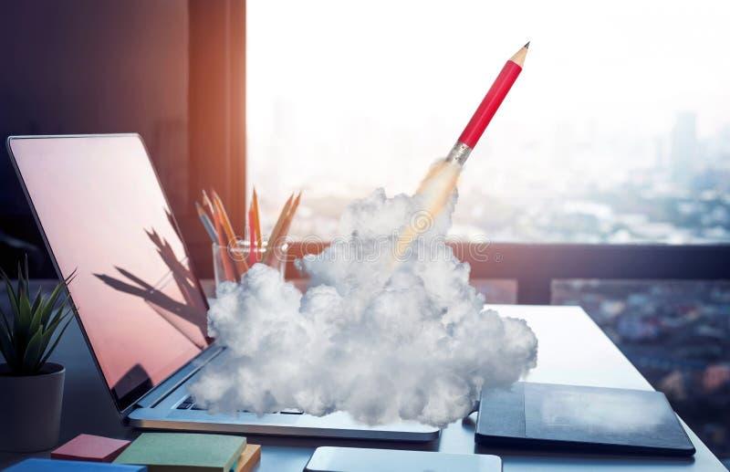 Conceptos de la inspiración de las ideas con el lápiz del cohete en el ordenador portátil del ordenador en la mesa de trabajo fotografía de archivo libre de regalías