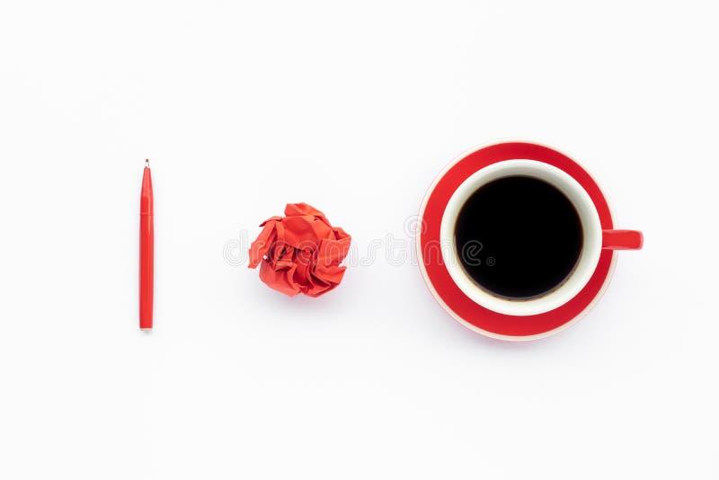 Conceptos de las ideas de la inspiración con la bebida del café y bola y pluma arrugadas de papel en el fondo blanco fotos de archivo