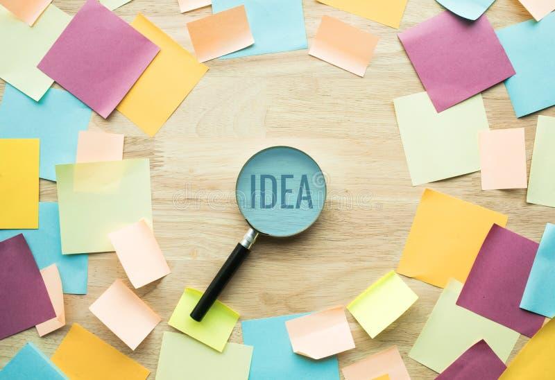 Conceptos de las ideas de la inspiración con la lupa imagen de archivo