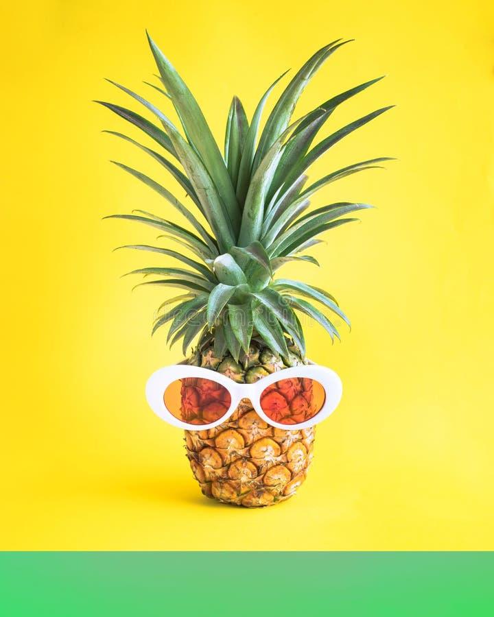 Conceptos de las vacaciones de verano con la piña y las gafas de sol en pastel foto de archivo