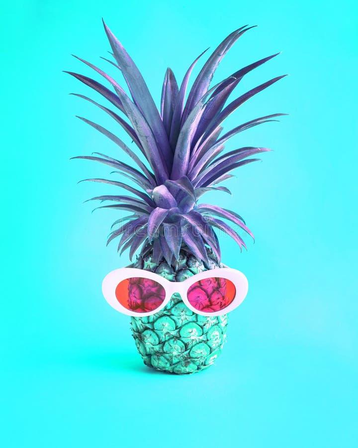 Conceptos de las vacaciones de verano con la piña y las gafas de sol exóticas foto de archivo