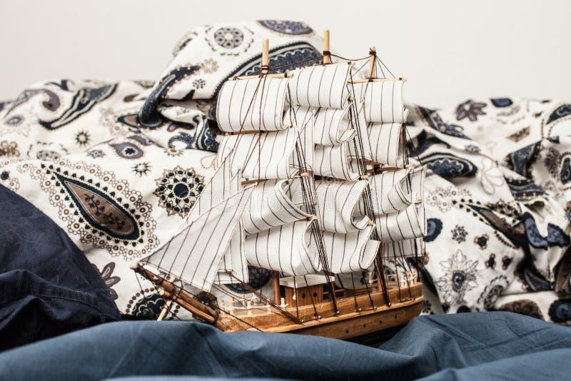 Conceptos de negocio y de creatividad modelo de un velero en un lecho azul Cierre para arriba foto de archivo