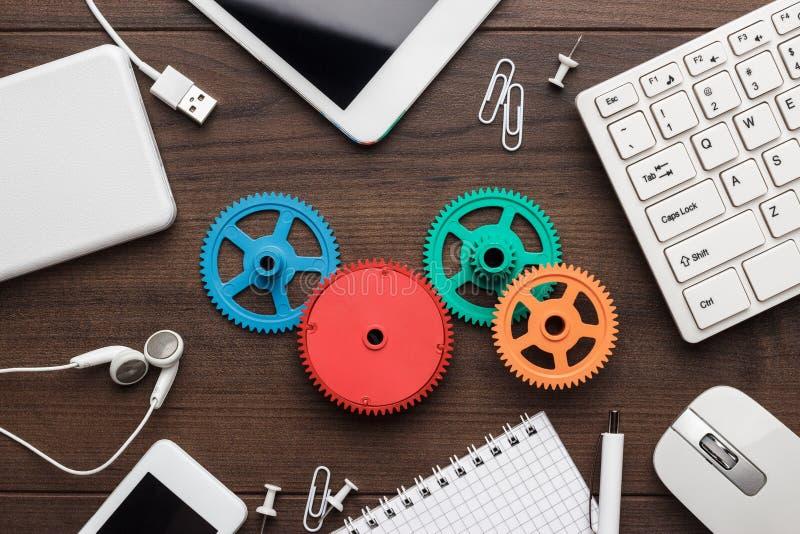 Conceptos del flujo de trabajo y del trabajo en equipo con los engranajes coloridos imagen de archivo