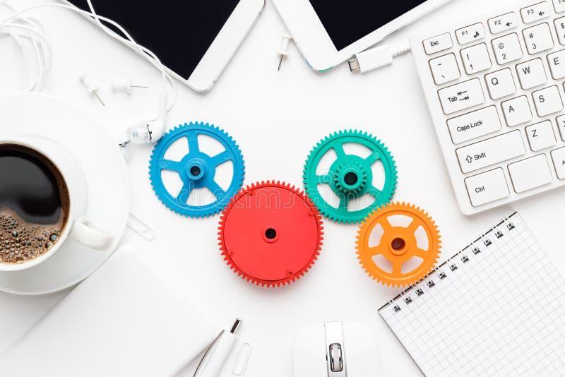 Conceptos del flujo de trabajo y del trabajo en equipo con los engranajes coloridos y diversos artilugios fotografía de archivo