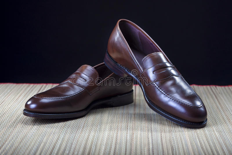 Conceptos e ideas del calzado Pares de cuero moderno costoso elegante Brown Penny Loafers Shoes del becerro fotos de archivo