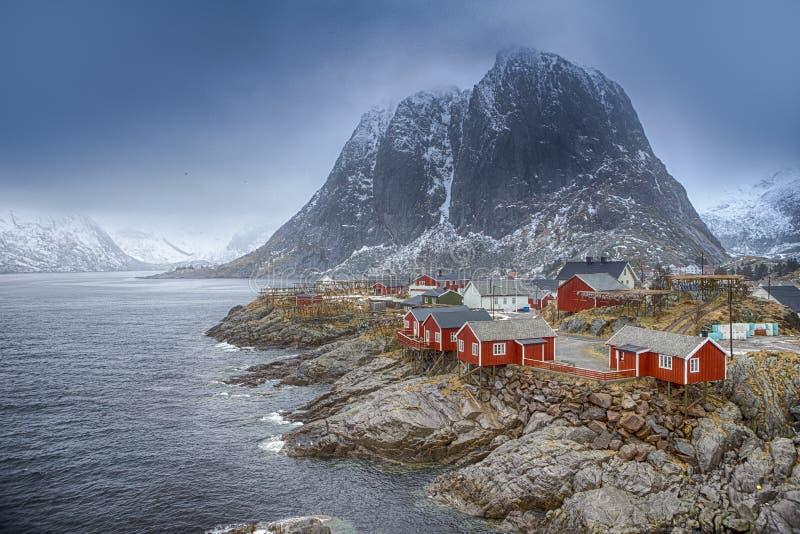 Conceptos e ideas del viaje Pueblo tradicional de la choza de la pesca en pico de montaña de Hamnoy en las islas de Lofoten, Noru imágenes de archivo libres de regalías