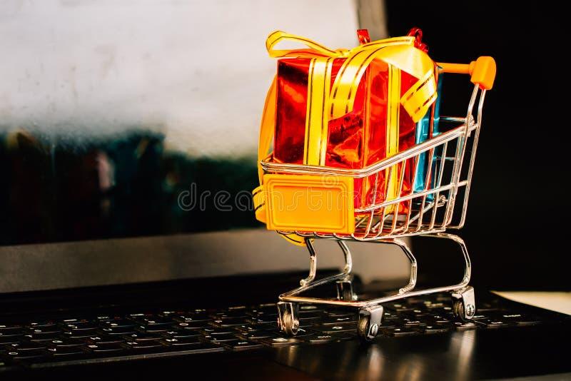Conceptos sobre compras en línea que los consumidores pueden comprar directamente desde su casa imagen de archivo
