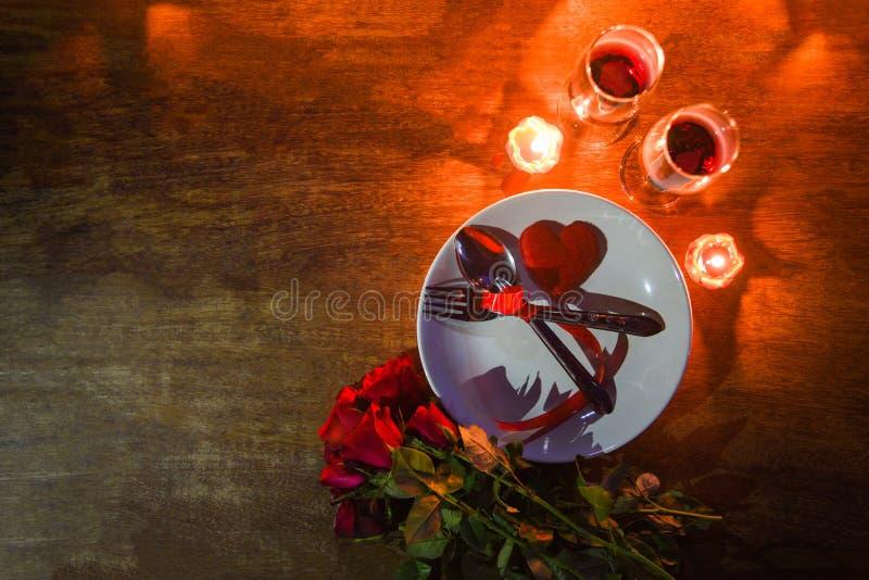 ConceptRomantic Gedeck der romantischen Liebe des Valentinsgrußabendessens verziert mit Gabellöffel auf Platten- und Paarchampagn lizenzfreie stockbilder