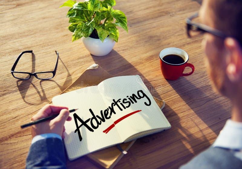 Concepts de Brainstorming About Advertising d'homme d'affaires photos stock