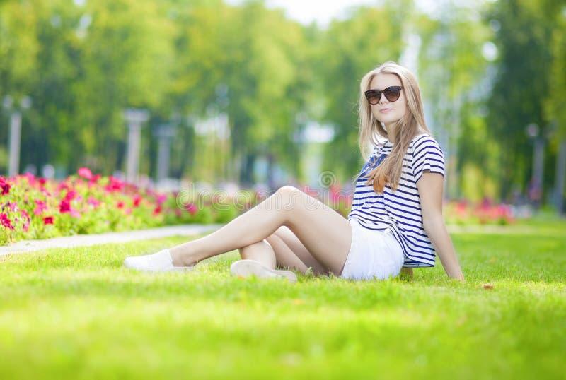 Concepts de mode de vie d'adolescents Ado blond caucasien tranquille mignon photographie stock