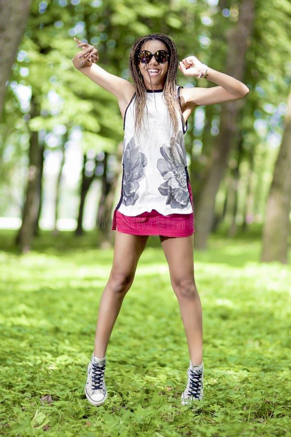 Concepts de mode de vie d'adolescents Adolescente active et heureuse d'Afro-américain avec des Dreadlocks photographie stock