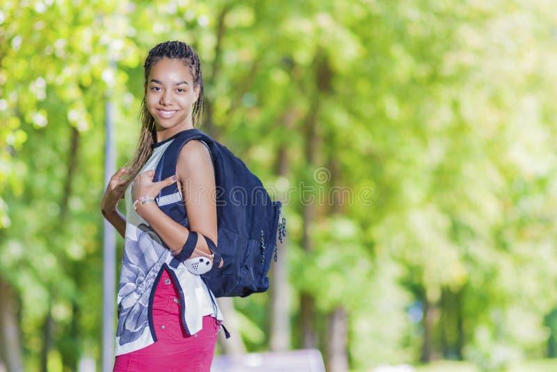 Concepts de mode de vie Portrait d'adolescente positive heureuse d'Afro-américain Pose dehors image libre de droits
