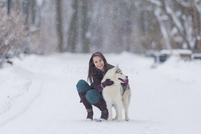 Concepts de relations d'humain et d'animal familier Portrait de belle femme caucasienne de brune avec son Husky Dog photos libres de droits