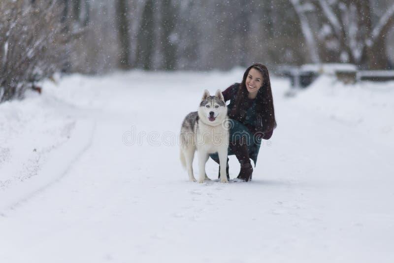Concepts de relations d'humain et d'animal familier Portrait de belle femme caucasienne de brune avec son Husky Dog photographie stock