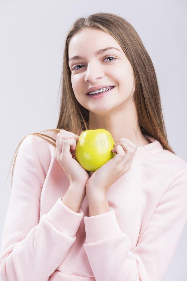 Concepts de santé dentaire Adolescente caucasienne avec des accolades de dents photographie stock