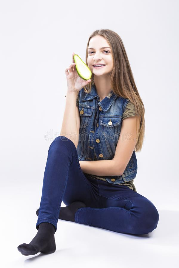 Concepts dentaires de santé Adolescente caucasienne positive de sourire photographie stock