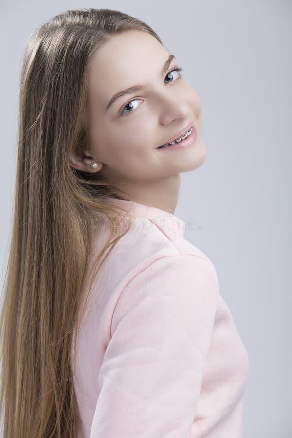 Concepts dentaires Portrait de femelle adolescente heureuse avec des accolades de dents photographie stock libre de droits