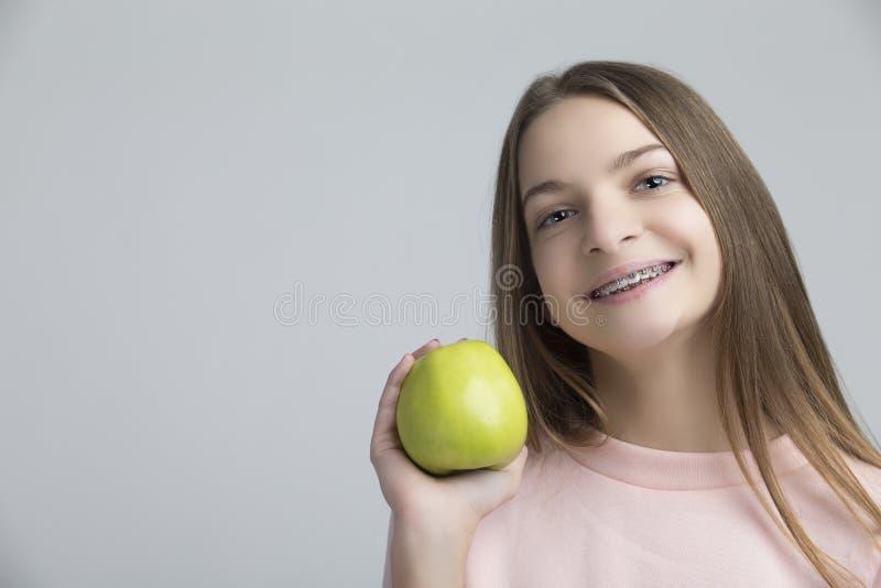 Concepts dentaires Portrait de femelle adolescente heureuse avec des accolades de dents photos libres de droits
