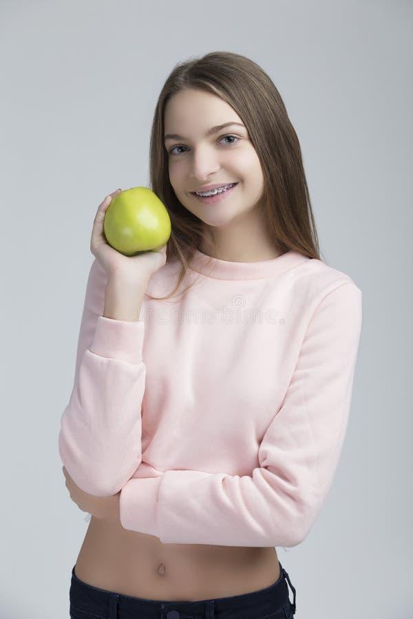 Concepts dentaires Portrait de femelle adolescente heureuse avec des accolades de dents photo stock