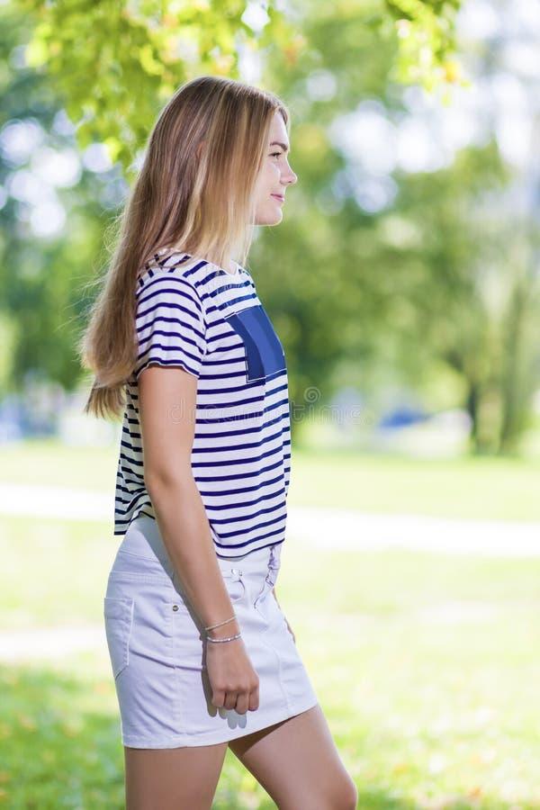 Concepts et idées de mode de vie d'adolescent Fille caucasienne blonde d'adolescent posant dehors en parc image libre de droits