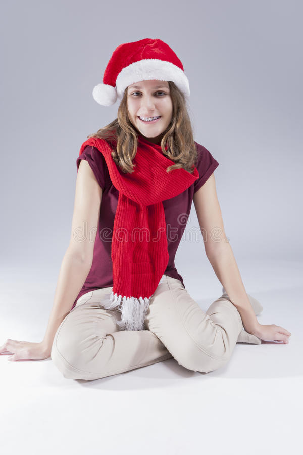 Concepts et idées dentaires Adolescent caucasien heureux en Santa Hat With Teeth Brackets photographie stock libre de droits
