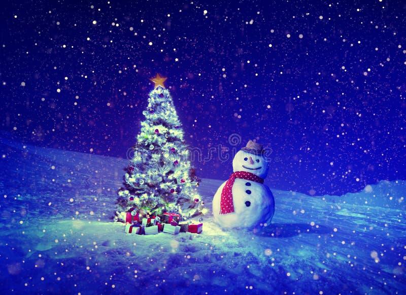 Concepts extérieurs de bonhomme de neige d'arbre de Noël photographie stock