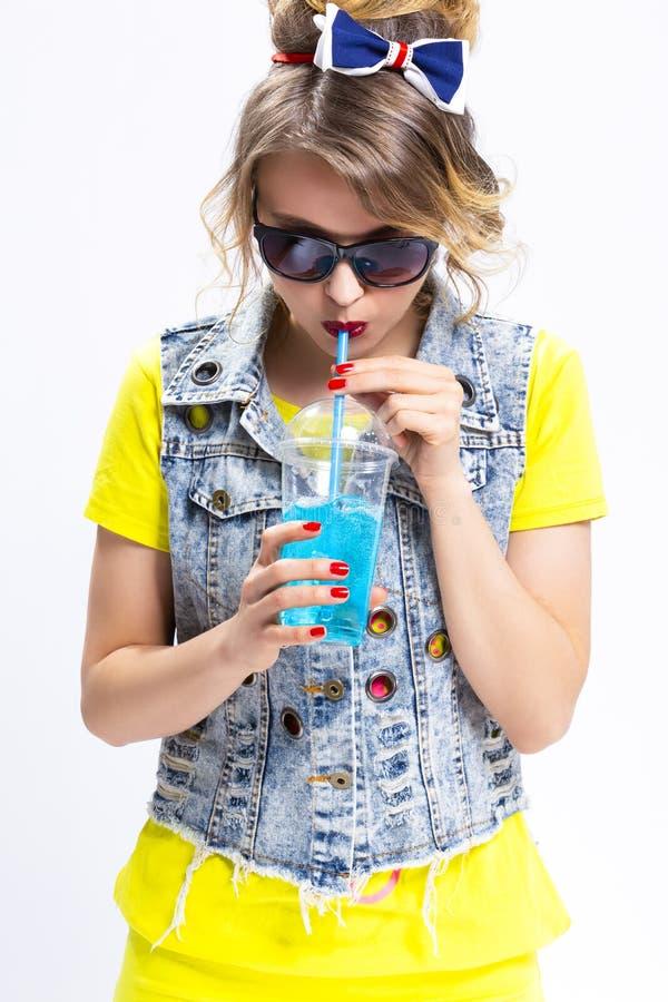 Concepts heureux de mode de vie de la jeunesse Blond caucasien drôle et optimiste images libres de droits