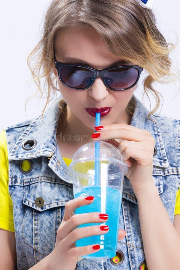 Concepts heureux de mode de vie de la jeunesse Plan rapproché de fille blonde caucasienne optimiste photographie stock
