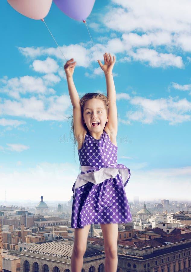 Conceptueel beeld die van meisje met de ballons vliegen royalty-vrije stock foto