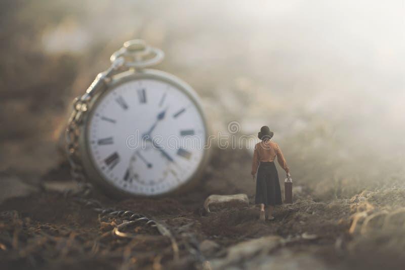 Conceptueel beeld van een kleine bedrijfsvrouw die tegen de klok lopen stock foto