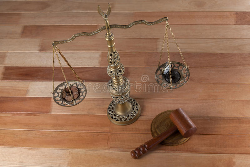 Conceptueel beeld van horloge en muntstukken op de rechtvaardigheidsschaal stock foto