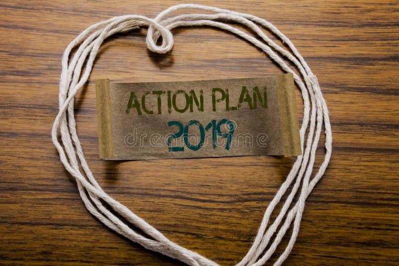 Conceptueel hand het schrijven Actieplan 2019 van de teksttitel Bedrijfsdieconcept voor Successtrategie op kleverig notadocument  stock afbeelding