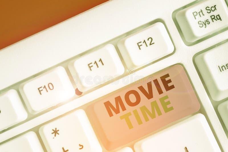 Conceptueel handmatig schrijven met Movie Time Bedrijfs foto die de geplande of daadwerkelijke tijd toont waarop een show of stock fotografie